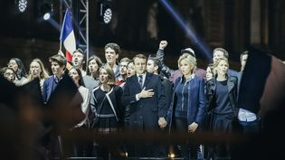 """Emmanuel Macron chante la """"Marseillaise"""" sur l'esplanade du Louvre à Paris, le 7 mai 2017. (DENIS MEYER / HANS LUCAS / AFP)"""