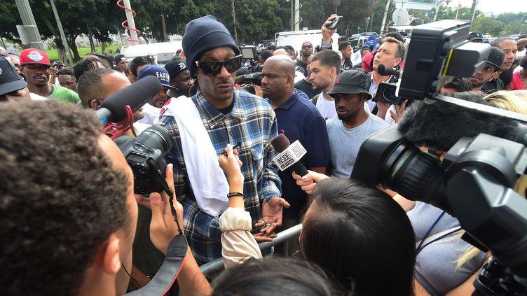 Snoop Dogg interviewé à la sortie du QG de la police le 8 juillet 2016 à Los Angeles  (Frederic J. BROWN / AFP )