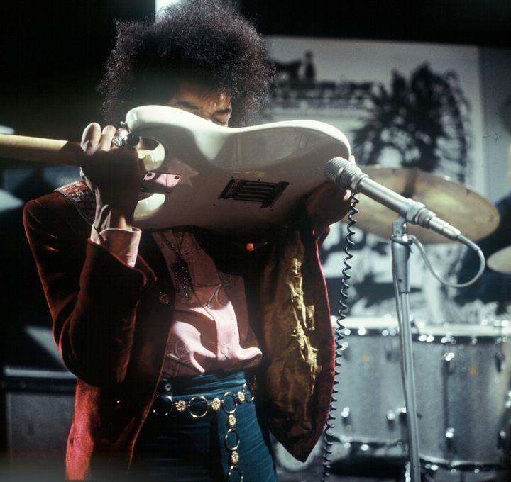 Jimi Hendrix jouant de la guitare avec le dents aux studios de télévision Hivsersum (Pays-Bas) le 01/01/1967 (KIPPA / ANP)