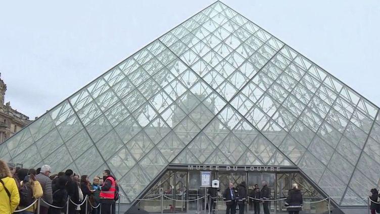 Pour éviter la propagation du Covid-19, le gouvernement interdit désormais tous les rassemblements de plus de 5 000 personnes. Le semi-marathon de Paris prévu dimanche 1er mars a été annulé. (FRANCE 2)