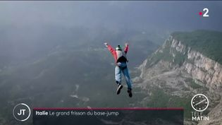 Un basejumper sautant du mont Brento. (France 2)