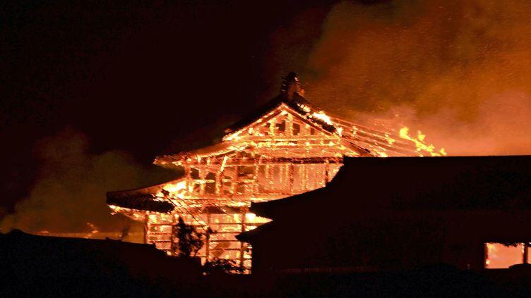 Le château de Shuri,dans l'archipel méridional d'Okinawa au Japon, a été en grande parti détruit par un incendie, dans la nuit de mercredi à jeudi 31 octobre 2019. (KEISUKE YANO / YOMIURI / AFP)