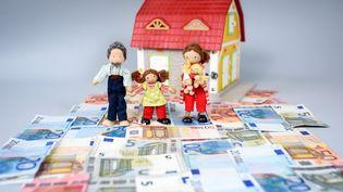 """Les Français situent la barre de la richesse patrimoniale (patrimoine immobilier et financier) à partir de 500 000 euros, alors qu'ils la fixaient à 1 million d'euros en 2011, selon un sondageOdoxa pour """"Les Échos"""", Radio Classique et FTI Consulting, publié le 24 juin 2015. (THOMAS EISENHUTH / ZB / AFP)"""