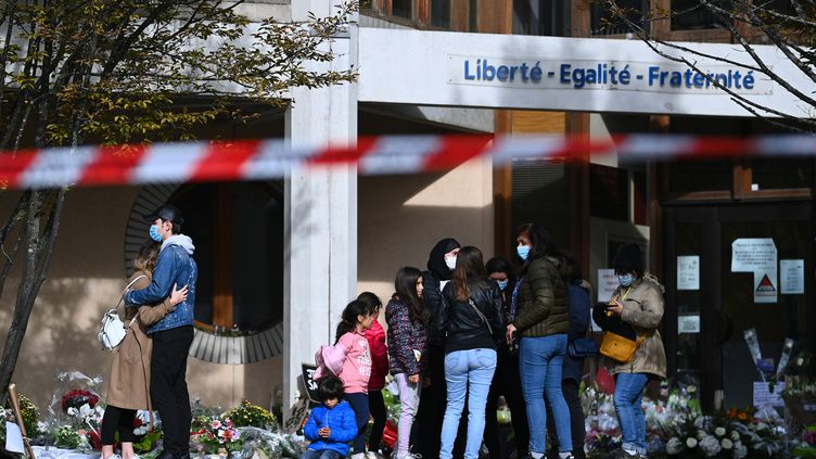 Des famillesse recueillent devant le collège du Bois d'Aulne à Conflans-Sainte-Honorine (Yvelines), le 19 octobre 2020. (ANNE-CHRISTINE POUJOULAT / AFP)
