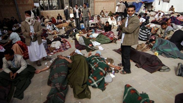 Des manifestants pris en charge dans une mosquée à Sanaa, le 12/3/11 (AFP/Mohamad Humais)