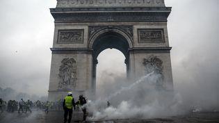 """Des heurts éclatent en marge d'une manifestation des """"gilets jaunes"""" devant l'Arc de Triomphe, à Paris, le 1er décembre 2018. (ABDULMONAM EASSA / AFP)"""