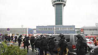Des forces du Raid sont prêts à interveninr à l'aéroport d'Orly (Val-de-Marne), le 18 mars 2017. (CHRISTOPHE SIMON / AFP)
