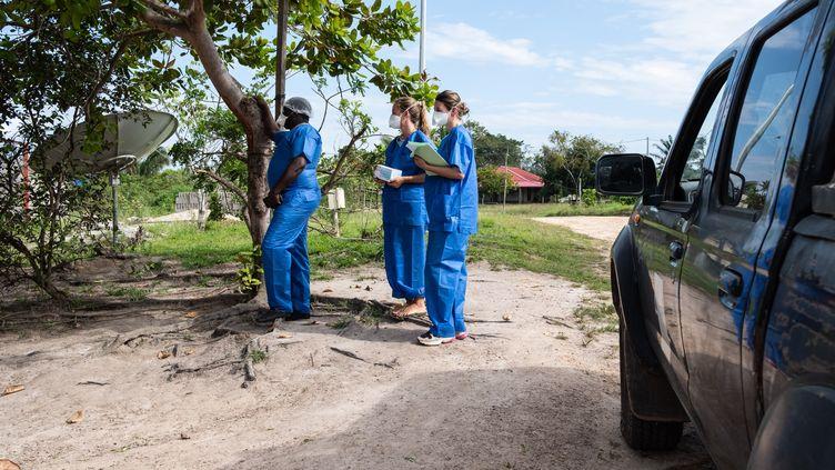 Des professionnels de santé en Guyane, en août 2020. (THIBAUD VAERMAN / HANS LUCAS / AFP)