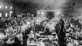 Le coronavirus a beaucoup de points communs avec la grippe espagnole, cette maladie qui a décimé la population à travers le monde au début du XXe siècle. (France 2)