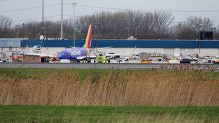 L'appareil de la Southwest Airlines sur le tarmac de l'aéroport international de Philadelphie, en Pennsylvanie, le 17 avril 2018. (DOMINICK REUTER / AFP)