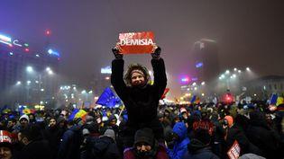 À Bucarest (Roumanie), le 6 février 2017, manifestation demandant la démissiondu gouvernement (DANIEL MIHAILESCU / AFP)