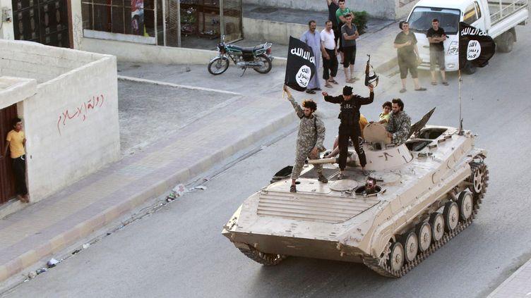 Une photo diffusée par le groupe Etat islamique montre desjihadistesparadant à Raqqa (Syrie), le 30 juin 2014. (REUTERS)