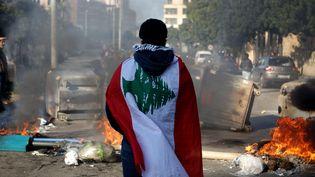 Un manifestant anti-gouvernemental libanais, enveloppé dans un drapeau national à Beyrouth,le 14 janvier 2020 (photo d'illustration). (PATRICK BAZ / AFP)