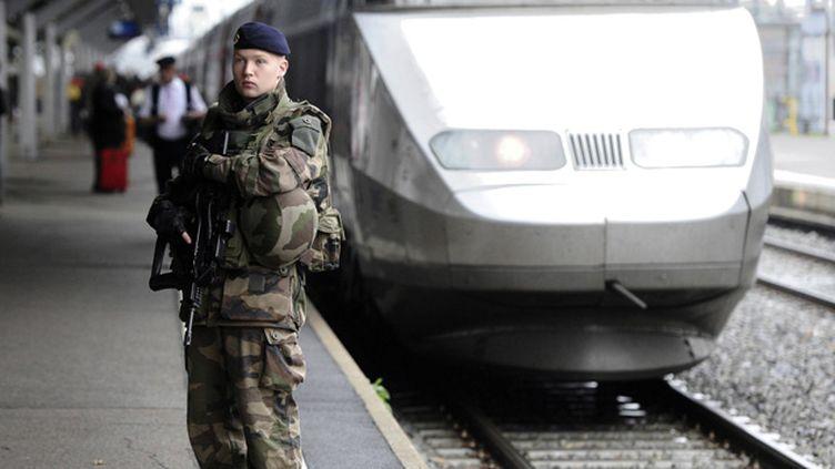 (1.600 policiers et gendarmes vont être déployés en soutien aux militaires dans les gares de France, après les attentats de Bruxelles © MaxPPP)