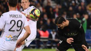 Le tournant du match entre le PSG et Angers : une tête manquée de Mauro Icardi touche le bras du défenseur Pierrick Capelle, provoquant, après l'intervention de la VAR, un penalty vainqueur transformé par Kylian Mbappé, le 15 octobre 2021. (FRANCK FIFE / AFP)