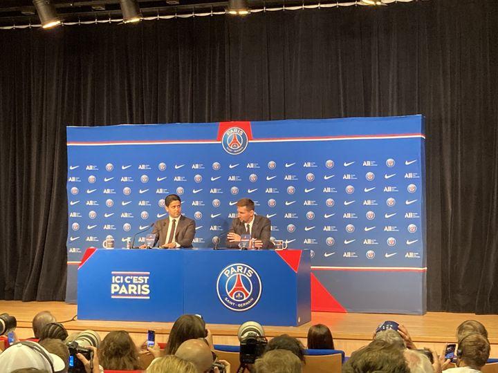 Nasser Al-Khelaifi et Lionel Messi lors de la conférence de presse de présentation du joueur au Parc des Princes, le 11 août 2021. (Adrien Hémard)