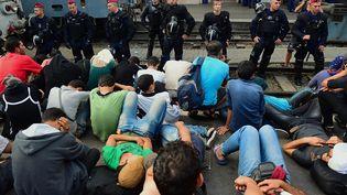 La police antiémeute face aux migrants de la gare de Budapest le 1er septembre 2015. (ATTILA KISBENEDEK / AFP)