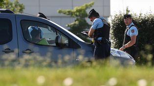 Un contrôle routier lors d'un épisode de circulation alternée àSaint-Quentin-Fallavier près de Lyon. (JEAN-PIERRE CLATOT / AFP)