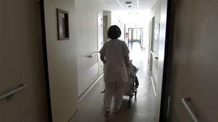 Les personnes âgées sont de plus en plus dépendantes lorsqu'elles arrivent en maison de retraite. Ici, un EHPAD à Limoges. (PASCAL LACHENAUD / AFP)