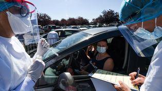 Une femme réalise un test du dépistage du Covid-19, à Laval (Mayenne), le 9 juillet 2020. (JEAN-FRANCOIS MONIER / AFP)