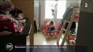 Une fillette de neuf ans, dont la mère a été tuée par son père en 2017, joue dans sa chambre. (FRANCE 2)
