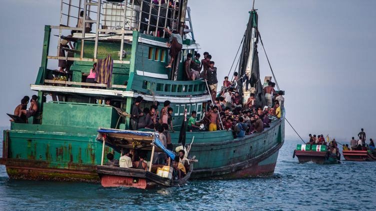 Des migrants sont pris en charge par les autorités, le 20 mai 2015, près de Kuala Simpang Tiga (Indonésie). (JANUAR / AFP)