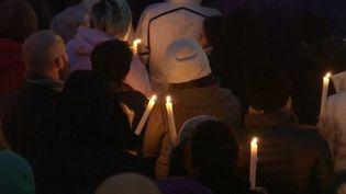 Des habitants de Pittsburgh (Pennsylvanie,États-Unis) se recueillent après la fusillade survenue dans une synagogue de la ville, samedi 27 octobre. (FRANCE 3)