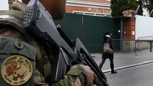 Un soldat patrouille à proximité de l'école juive Ohr Torah, à Toulouse, le 9 mars 2015. ( MAXPPP)