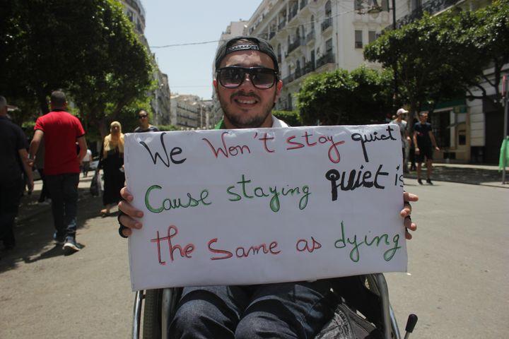 Billel, un jeune Algérois de 28 ans, dans la rueDidouche Mourade à Alger lors du 18e vendredi de manifestations, le 21 juin 2019. (CLEMENT PARROT / FRANCEINFO)