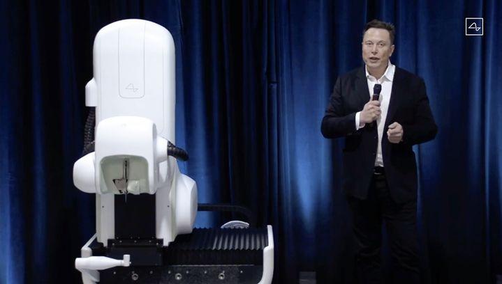 Elon Musk présente le robot qui doit permettre de poser l'implant de sa société Neuralink, lors d'une conférence diffusée en ligne, le 28 août 2020. (AFP PHOTO / NEURALINK)