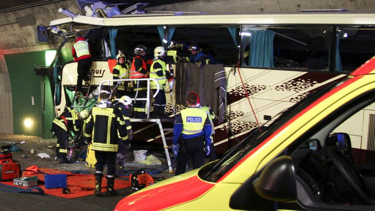 Les pompiers ont dû désincarcérer les corps des victimes de l'accident de car survenu à Sierre, dans le canton du Valais (Suisse), le 14 mars 2012. (POLICE CANTONALE VALAIS / AFP)
