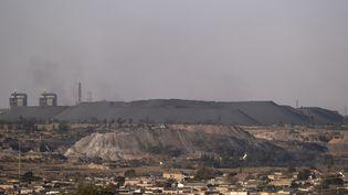 Vue générale de la mine de charbon de Schonland à eMalahleni dans la région du Highveld, près de Johannesburg. Selon Greenpeace, c'est une des régions les plus polluées de la planète en oxydes d'azote et en dioxydes de soufre. (WIKUS DE WET / AFP)
