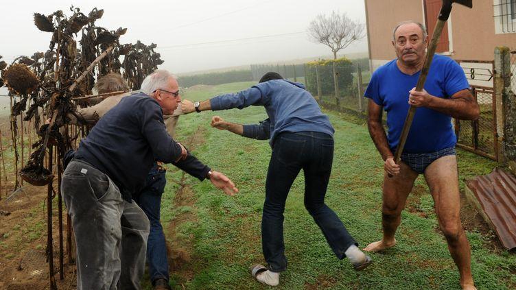 Un homme menace avec une pelle des écologistes et des journalistes, le 9 novembre 2015 à Audon (Landes). (GAIZKA IROZ / AFP)