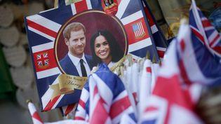 Des souvenirs à l'effigie du Prince Harry et de Meghan Markel, dans une boutique de Londres, le 8 mai 2018. (DANIEL LEAL-OLIVAS / AFP)