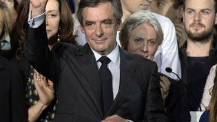 François Fillon et sa femme Pénéloppe saluent à la sortie d'un meeting le 29 janvier 2017 à Paris. (PHILIP ROCK / ANADOLU AGENCY)