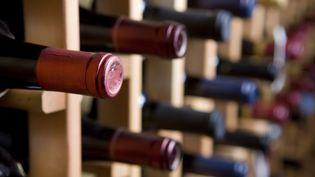 Des bouteilles de vin stockées dans une cave. (MARK HATFIELD / GETTY IMAGES)