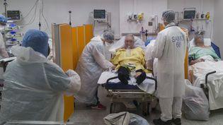 Une personne atteinte du Covid-19 à l'hôpital Louis-Pasteur de Colmar (Haut-Rhin), le 26 mars 2020. (SEBASTIEN BOZON / AFP)