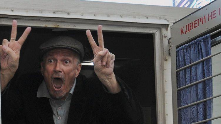 Edouard Limonov se fait embarquer par les forces de l'ordre russes à Moscou, en mai 2011.  (ALEXANDER NEMENOV / AFP)