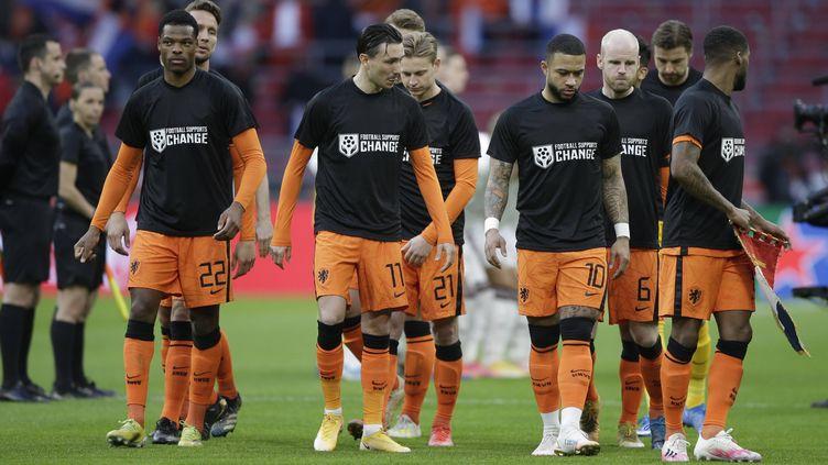 Les joueurs des Pays-Bas dont Memphis Depay (troisième en partant de la gauche) ont revêtu un maillot pour soutenir les travailleurs sur les chantiers des stades du Mondial au Qatar, samedi 27 mars face à la Lettonie. (PETER DEJONG/AP/SIPA / SIPA)
