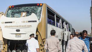 La bombe a explosé au passage d'un bus de touristes, le 18 mai 2019 près des pyramides de Gizeh. (MOMEN SAMIR / DPA / AFP)