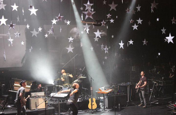 Jonny Buckland, Will Champion, Chris Martin et Guy Berryman sous un ciel plein d'étoiles, au Casino de Paris  (Page Facebook Coldplay)