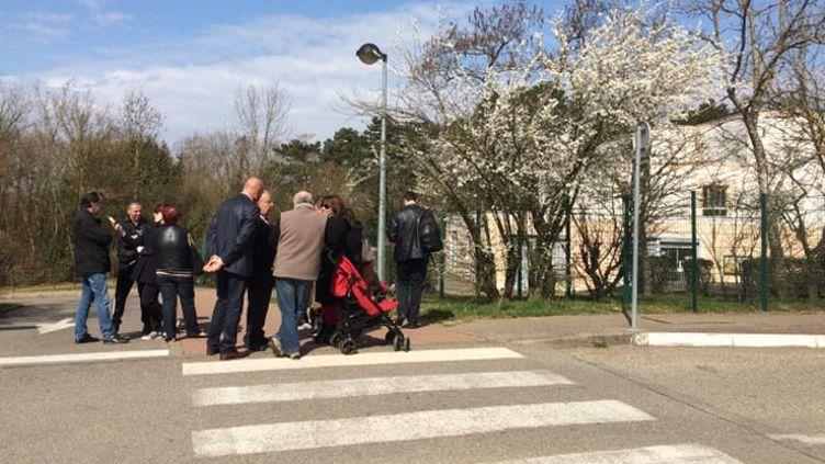 (Des parents d'élèves se sont réunis devant l'école primaire du Mas de la Raz, à Villefontaine, en Isère © Radio France - Axelle Labbé)