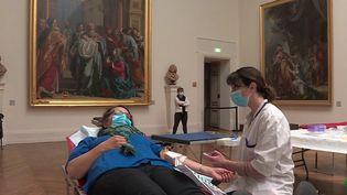 L'Etablissement français du sang (EFS) de Dijon (Côtes-d'Armor) a organisé une collecte de sang inédite au musée des Beaux-Arts, exceptionnellement ouvert pour l'occasion. (France 3)