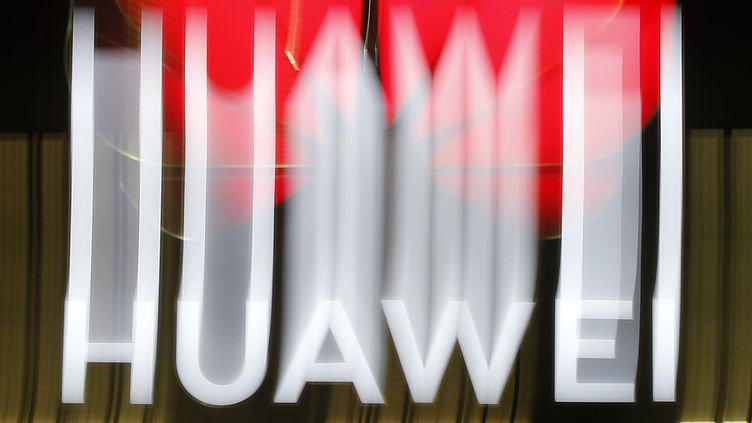 Logo Huawei déformé. (STEFAN WERMUTH / AFP)