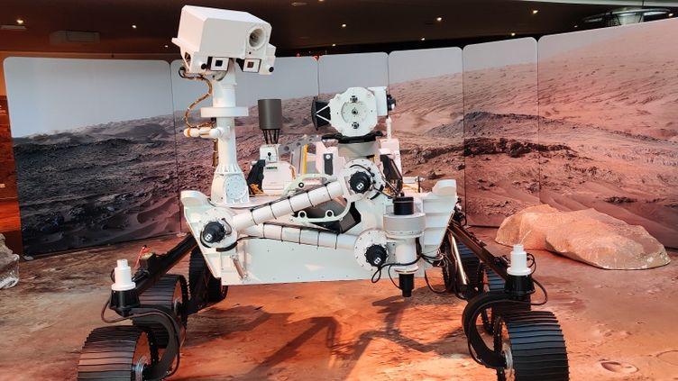 La maquette grandeur nature du rover Perseverance à la cité de l'espace de Toulouse. (STEPHANE IGLESIS / RADIO FRANCE)