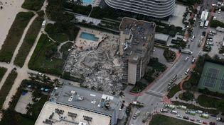 Un immeuble résidentiel s'est effondré à Surfside (Floride) aux Etats-Unis, le 24 juin 2021. (JOE RAEDLE / GETTY IMAGES NORTH AMERICA / AFP)