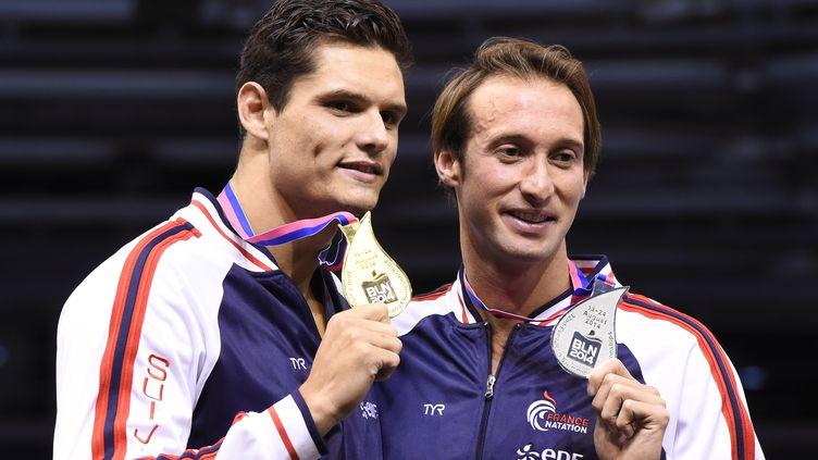 Florent Manaudou et Fabien Gilot en or et en argent sur le podium du 100 m nage libre, le 22 août 2014, aux championnats d'Europe de natation de Berlin (Allemagne). (TOBIAS SCHWARZ / AFP)