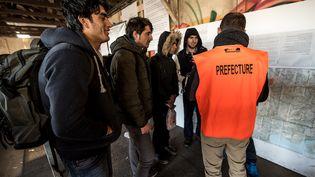 """Une visitedes officiers del'Office français de protection des réfugiés et apatrides (OFPRA), dans la """"jungle"""" de Calais, le 14 Janvier 2016. (PHILIPPE HUGUEN / AFP)"""