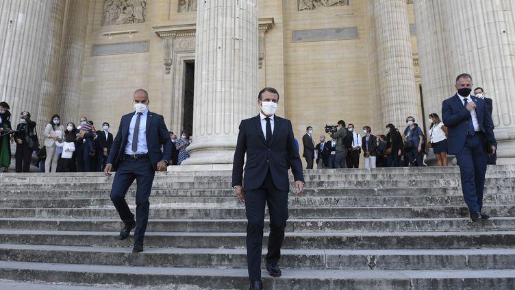 Emmanuel Macron sur les marches du Panthéon, à Paris, le 4 septembre 2020. (JULIEN DE ROSA / AFP)