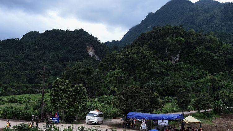 Une ambulance quitte la grotte de Tham Luang, au nord de la Thaïlande, le 10 juillet 2018. Douze enfants et leur entraîneur de foot sont restés coincés dans la cavité durant 18 jours, à cause dela montée des eaux. (YE AUNG THU / AFP)